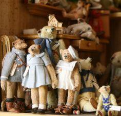 from ahmed al-thani's collection, all in dollhouse scale.I love um ! Diy Teddy Bear, Old Teddy Bears, Antique Teddy Bears, Bear Shop, Fabric Animals, Love Bear, Bear Doll, Soft Sculpture, Antique Toys