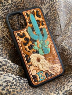 Diy Leather Projects, Leather Craft, Cute Phone Cases, Iphone Cases, Leather Tooling, Tooled Leather, Leather Working Patterns, Iphone Leather Case, Iphone Accessories