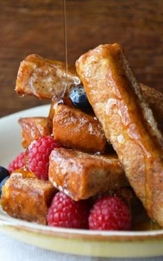 Easy Cinnamon French Toast Sticks Recipe ~ French toasts make such an amazing breakfast: they are crunchy, delicious, and adorable and they fill us with so necessary at morning energy!