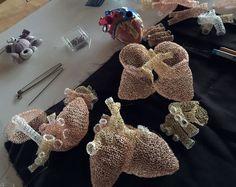 Telden Örgü Yapılışı , #AnneMondro #crochet #örgümodelleri , Michigan sanatçı tarafından iç organları telden dantel olarak Anne Mondro insan anatomisini örerek onun kişisel yorumlarını sergiler. Her hey...