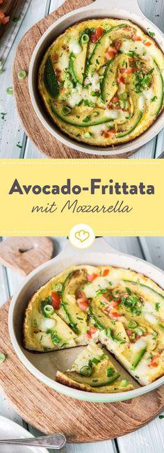 Wer am Ende des Tages lieber low-carb speist und sich dennoch etwas Gutes tun will, der sollte es mit dieser schnellen Avocado-Frittata probieren.