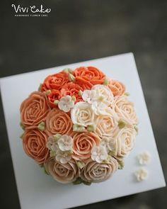 미국에서 오신 치과의사선생님 작품. 남자수강생 작품이라고 말안하면 모르겠죵^^; . . . Buttercream flowercake basic… Korean Buttercream Flower, Buttercream Flower Cake, Metallic Wedding Cakes, Flower Cakes, Cake Decorations, Cake Tutorial, Beautiful Cakes, Bouquets, Polymer Clay