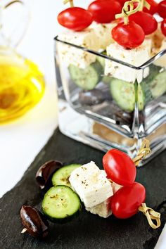 Greek Salad Skewers - I made these they were a big hit! But a couple of notes, you need to slice the cucumber a little wide to fit on the skewer about half of the cheese cubes cracked in half when I skewered them. I used bamboo skewers that I cut in h Healthy Appetizers, Appetizers For Party, Healthy Snacks, Healthy Recipes, Greek Appetizers, Healthy Fit, Tapas, Skewer Recipes, Appetizer Recipes