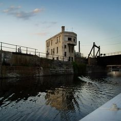 Mongtreal - Building on the border of canal Lachine