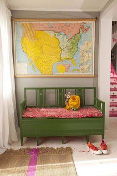 FIN ENTRÉ: Den grønne benken fulgte med boligen da familien flyttet inn. USA-kartet er fra en bruktbutikk, der beboerne har sine røtter. Teppet på gulvet har fått påmalt en rosa stripe. Legg merke til trappen som såvidt skimtes til høyre i bildet, den har fått rosa prikker!