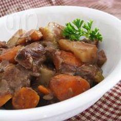 Een stevige, smakelijke stoofschotel uit de slowcooker met rundvlees, aardappel, wortel en selderij.