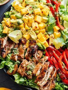 Ensalada de pollo al limón con cilantro, aguacate y mango