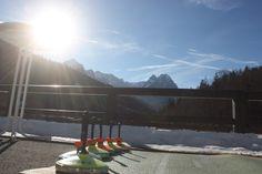 Asphaltstockschießen auf der Seeterrasse; Winterhochzeit am Riessersee, Seehaus, Garmisch-Partenkirchen