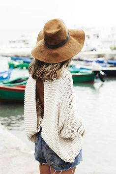 Summer outfit for the beach. Denim shorts, comfy sweater and beautiful camel capeline. Inspiration for your outfit. Mode Style, Style Me, Spring Summer Fashion, Autumn Fashion, Style Summer, Weekend Style, Mode Cool, Foto Fashion, Catwalk Fashion