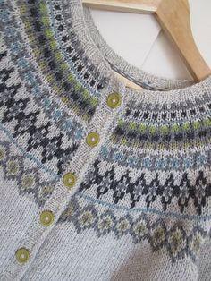 Ravelry: toppen's Jakke med rundt mønster Fair Isle Knitting, Free Knitting, Baby Knitting, Motif Fair Isle, Fair Isle Pattern, Norwegian Knitting, Icelandic Sweaters, Sweater Knitting Patterns, Jackett