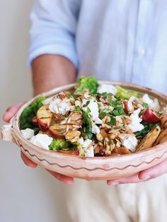 Deze gegrilde nectarine salade is super zomers, heerlijk fris en ontzettend makkelijk te maken. Heerlijk om bij de BBQ of picknick te serveren. Wij aten er een lamsrack bij. Heb je liever perzik in plaats van nectarine? Ook geen probleem. De romaine sla is lekker krokant en de geitenkaas zacht en vol van smaak. Healthy Salads, Healthy Eating, Healthy Recipes, Summer Recipes, Lettuce, Pesto, Barbecue, Salsa, Salads