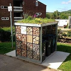 A green roof top has lots of benefits at financial, natural and community stage. A green roof top Bin Store Garden, Bike Storage Home, Outdoor Storage, Bin Shed, Garden Shed Diy, Diy Roofing, Pallet Shed, Outdoor Sheds, Storage Bins