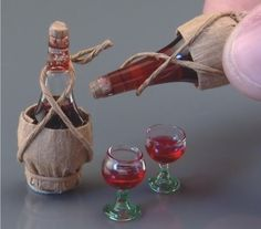 Chianti Bottle with Glasses, by Reutter Porzellan Mini Kitchen, Miniature Kitchen, Miniature Crafts, Miniature Food, Miniature Dolls, Minis, Barbie Food, Tiny World, Mini Things