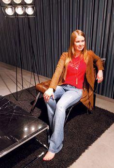 Outfit der Woche! Mantel aus perforiertem Ziegenveloursleder: Milestone – Flared Jeans mit Destroyed Elementen: Cambio - Shirt: Cinque – mehrreihige Kette: More & More #fashion #ootw