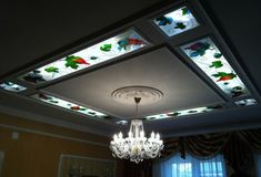gypsum board false ceiling with stained glass panels A comprehensive guide to installing stained glass ceiling panels and windows in modern POP false ceiling designs for living rooms, bedrooms, offices and public places. Ceiling Chandelier, Glass Ceiling, Ceiling Tiles, Ceiling Beams, Ceiling Lights, Led, Kids Interior, Pop False Ceiling Design, Ceiling Plan