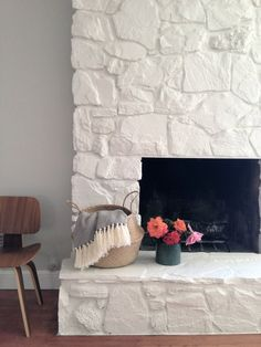 How to: Painting the stone fireplace white Como: Pintar a lareira de pedra branca – Greige Design White Stone Fireplaces, Painted Stone Fireplace, Stone Fireplace Makeover, Fireplace Update, Paint Fireplace, White Fireplace, Fireplace Remodel, Fireplace Ideas, Brick Fireplaces