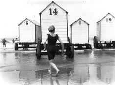 Una fila di cabine da spiaggia dotate di ruote: potevano essere affittate anche solo per mezz'ora e permettevano di cambiarsi e di immergersi in riva al mare. La foto è del 1907. (Topical Press Agency/Getty Images)