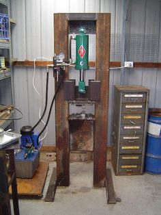 Homemade hydraulic press fabricated from steel. Capable of delivering 25 tons of pressure. Blacksmith Power Hammer, Blacksmith Tools, Blacksmith Projects, Metal Projects, Welding Projects, Diy Projects, Welding Jobs, Diy Welding, Metal Working Tools