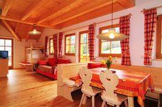 Die Wohnung Verfügt über Eine Voll Ausgestattete Küche, Einem Wohnraum Mit  Sofa, SAT TV Und