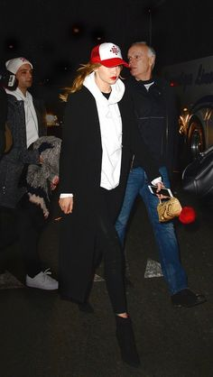 Gigi Hadid wears a white hooded sweatshirt, black skinny jeans, black booties, a longline coat, and a trucker hat Style Gigi Hadid, Gigi Hadid Outfits, White Hooded Sweatshirt, Look Fashion, Fashion Tips, Fashion Killa, Fashion Bloggers, Winter Fashion, Womens Fashion
