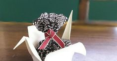 紙コップで折り鶴型の小物入れを作ってみました。 お菓子やプチギフトを包んだら、幸せの白い鶴が運んでくれるかな(о´∀`о)