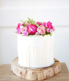White chocolate dripping cake with handmade flowers by Taartjes van An