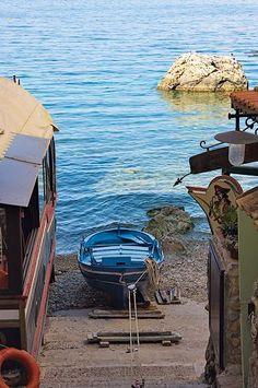 Una piccola barca sulla spiaggia di Chianalea, non lontano da Scilla #Calabria