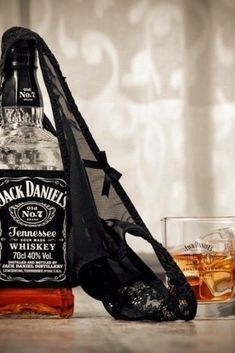 Whiskey Girl, Good Whiskey, Cigars And Whiskey, Jack Daniels Party, Jack Daniels Whiskey, Wine Cocktails, Drinks, Romantic Couple Kissing, Alcohol Humor