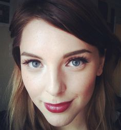 Love this simple makeup look. Soft red lips teamed with winged eyeliner and fresh face. Perfect for fall.