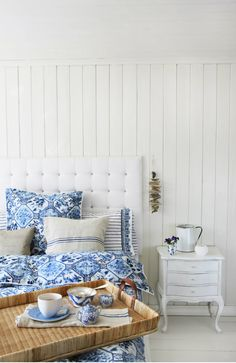 Home decor - shabby navy Coastal Bedrooms, Country Chic, Neue Trends, Love Seat, Bed Pillows, Pillow Cases, Accent Chairs, Toddler Bed, Decoration