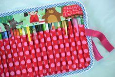 Pouzdro na pastelky, propisky, fixy........  Pro holky i kluky :-) pro malé i velké.....  Na cca 16 kusů džambo tušek, nebo fixů...nebo 32 kusů obyčejných pastelek...  Designové bavlny - 100% bavlna.  Podšitý, bavlněný - prát na 30 stupnů.    Zapínaní na suchý zip který je na gumičce - zapne i malá slečna :-)