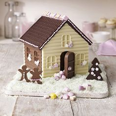 Some people might think its a gingerbread house .But other might think its a chocolate house. and they are right its a chocolate house , an amazing creative house ! i cant wait for christmas. Chocolate Navidad, Chocolate Santa, Chocolate House, Christmas Chocolate, Chocolate Gifts, Cake Chocolate, White Chocolate, Christmas Fairy, Christmas Gingerbread