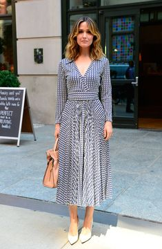 Rose Byrne in Maison Valentino Modest Outfits, Casual Dresses, Fashion Dresses, Western Outfits Women, Frock For Women, Midi Dress With Sleeves, Look Chic, Retro Dress, Dress Patterns