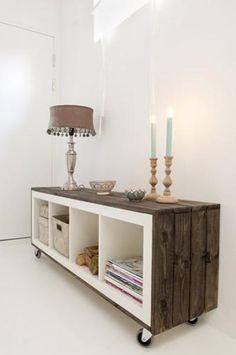 DIY: Koop eerst een mooie IKEA kast, hout (bijvoorbeeld steigerhout) en wieltjes. Bevestig het hout aan de zijkanten van de kast en bevestig de wieltjes aan de onderkant.