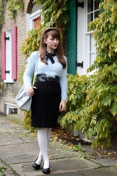 Elongating petite legs with no-strap shoes Mod Fashion, Denim Fashion, Vintage Fashion, Womens Fashion, Vintage Style, Colored Tights Outfit, White Tights, Coloured Tights, Nylons