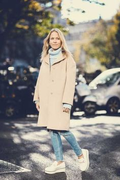 White flatforms + light blue stonewash Shoes With Jeans, What To Wear, Fashion Beauty, Winter Fashion, Raincoat, Normcore, Classy, Street Style, Style Inspiration
