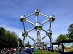 L'Atomium, symbole de Bruxelles et de la Belgique, est une attraction touristique internationale. L'Atomium a été créé par l'architecte André Waterkeyn à l'occasion de l'Exposition universelle de Bruxelles de 1958. Cette structure originale symbolise un cristal élémentaire de fer agrandi 165 milliards de fois.