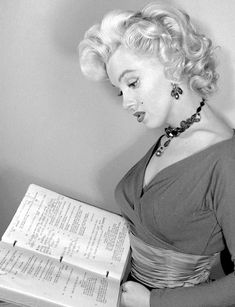Bernadett Rátz to We All Love Marilyn 6 hrs · Marilyn Monroe on the set of Gentlemen Prefer Blondes, Marylin Monroe, Marilyn Monroe Painting, Marilyn Monroe Photos, Old Hollywood Stars, Vintage Hollywood, Classic Hollywood, Gentlemen Prefer Blondes, Norma Jeane, Celebs