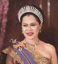 Queen Sikirit of Thailand wearing a fringe tiara as a halo.  Unusual and effective.