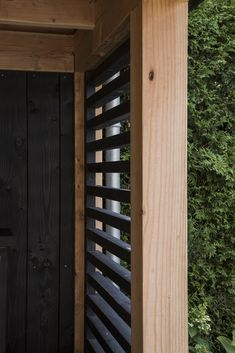 Deze uit robuust Douglas opgetrokken tuinkamer maakt een visuele knipoog naar Mediterraan genieten.