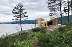 Completed in 2017 in Nissedal, Norway. Images by Smarte Hytter AS, David Fjågesund. A local cabin developer contacted Feste Landscape / Architecture to design a floating micro cabin for their portfolio. Due to the local planning...