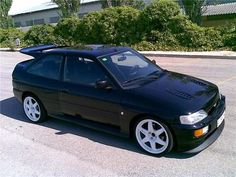 Ford Escort RS Cosworth-why did this stop being a popular type of car? Ford Rs, Car Ford, Classic Motors, Classic Cars, Ford Motorsport, Verona, Volkswagen, Ford Escort, Top Cars