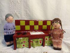 La cuisine rouge et jaune des mini poupées en carton recyclé.