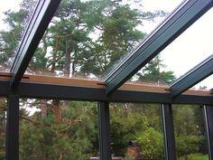 2014-08-31 Elva luftintag mellan glastak och glasväggar tätas under vinterhalvåret med kilar av cederträ.