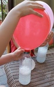 Einen Luftballon füllen mit Essig und Backpulver statt mit Helium - hab's aber noch nicht ausprobiert.