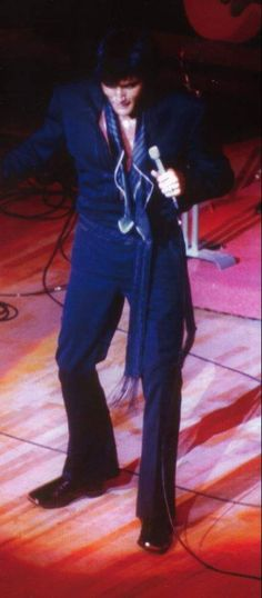 Elvis on stage at the Las Vegas Hilton in july 1969.