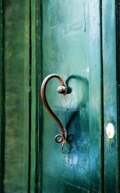 Very cool, this handle makes a heart shape within the doors reflection! The Doors, Windows And Doors, Door Knobs And Knockers, Knobs And Handles, Door Handles, Brass Handles, Door Detail, Unique Doors, Love Art