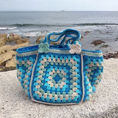 A PDF crochet pattern for you to make this cute granny square bag with plenty of room for your wips and yarns or great to take with you to the beach. Colours make it such a pleasure and fun to use, even in the darkest days of Winter. But this bag shines in Summer and beach