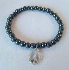 """Bracelet élastique hématite et breloque """"peace and love"""". Bracelet yoga. bracelet boho. bracelet femme. Hématite. bracelet gris. de la boutique CreationL sur Etsy"""