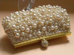 revestimentos caviar Esferas de vidro, metal fosco e pérolas são mergulhados em objetos para um opulento, acabamento com texturas que vê materiais e estilos de alto e baixo valor reunidos.